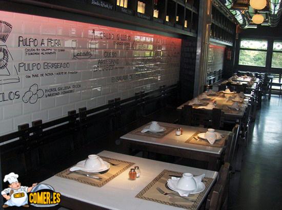 La gran pulperia comer en restaurante gallego en madrid for Disenos de mesas para restaurantes